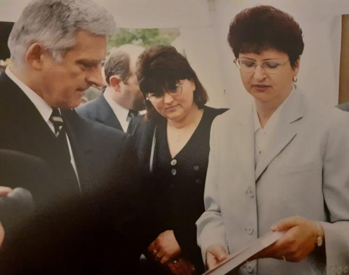 z_premierem_jerzym_buzkiem_w_chwili_odzyskania_przez_krzanowice_praw_miejskich_2001