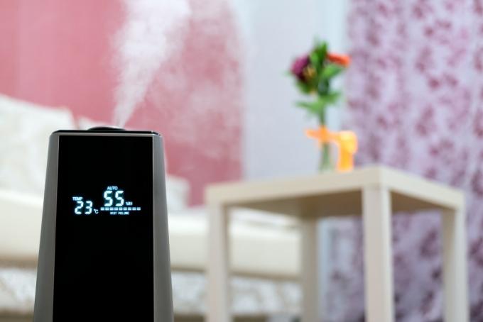 nawilzacz-powietrza-z-wyswietlaczem-w-pokoju