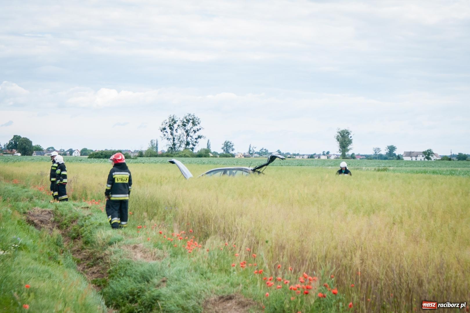 Zdjęcie w galerii na portalu naszraciborz.pl: Dachowanie na trasie Racibórz - Zawada Książęca. Jedna osoba w szpitalu wiadomości z regionu