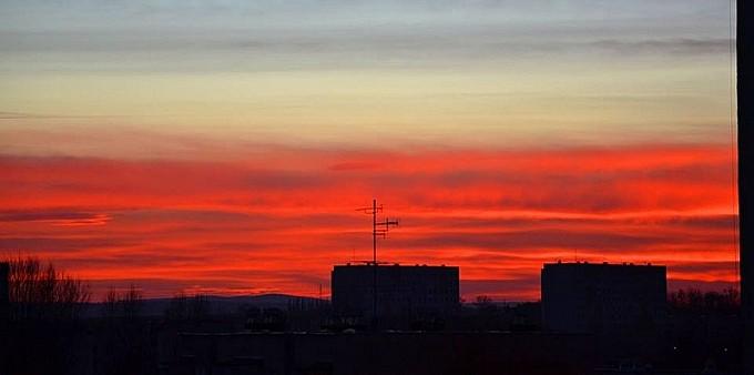 Niesamowite czerwone niebo nad miastem