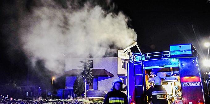 Pożar dachu domu w Pogrzebieniu
